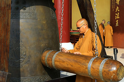 Taiwan's traditional customs Buddhist temples knock bel